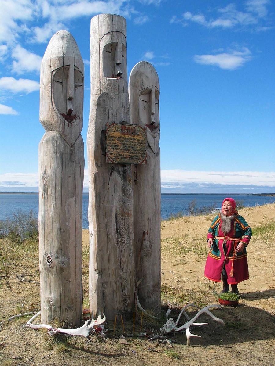 Nenecko avtonomno območje. Hebidja Ten (sveti spomin) izrezljani leseni kipi v Narjan-Maru.