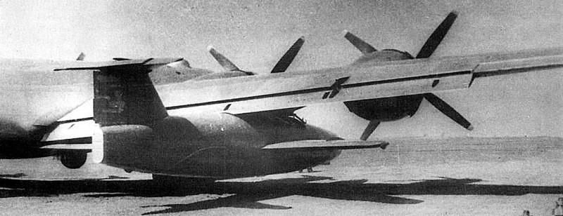 Samoliot 346 colocado bajo el ala de un Tupolev Tu-4