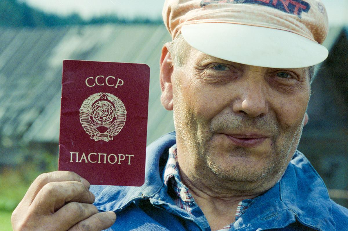 Un cittadino sovietico mostra il nuovo passaporto, Oblast di Tver, 1 novembre 1991