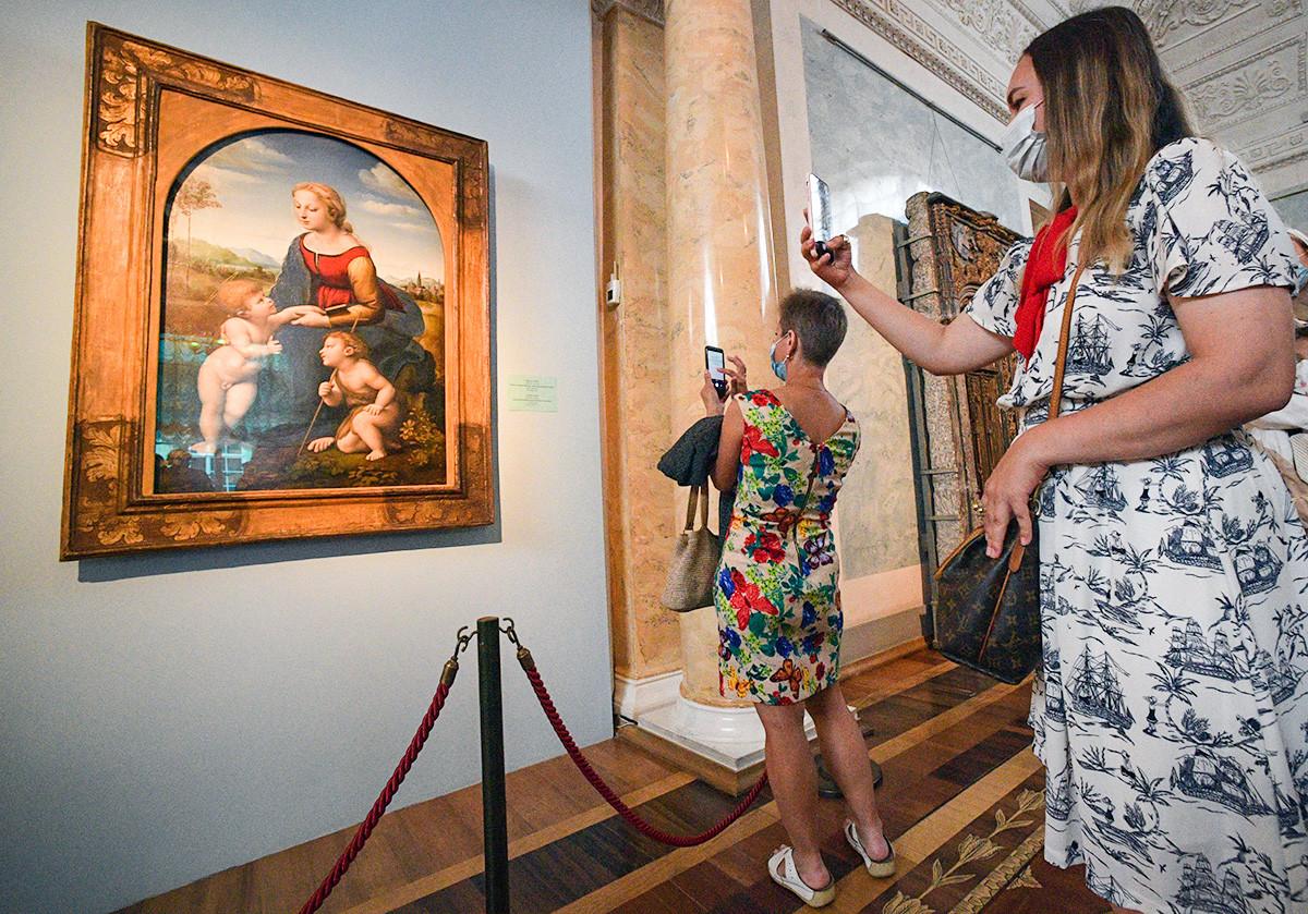 Visitantes diante de quadro de Rafael no Hermitage.