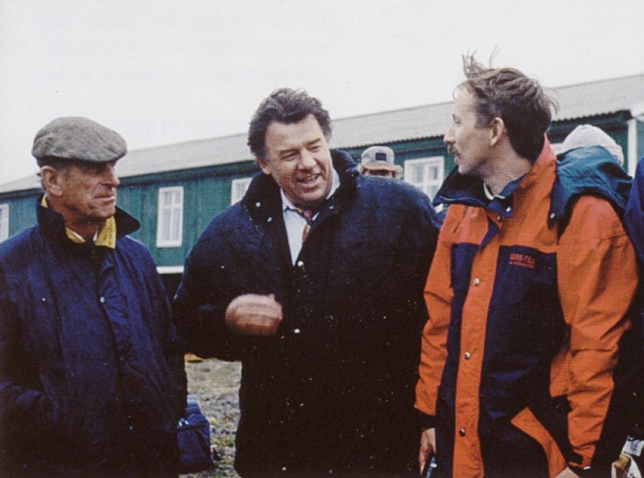 Prinz Philip (v.l) und Wiktor Nikiforow (v.r). Nikiforow arbeitet derzeit als Naturschutzdirektor beim Tigrus Conservation Fund.