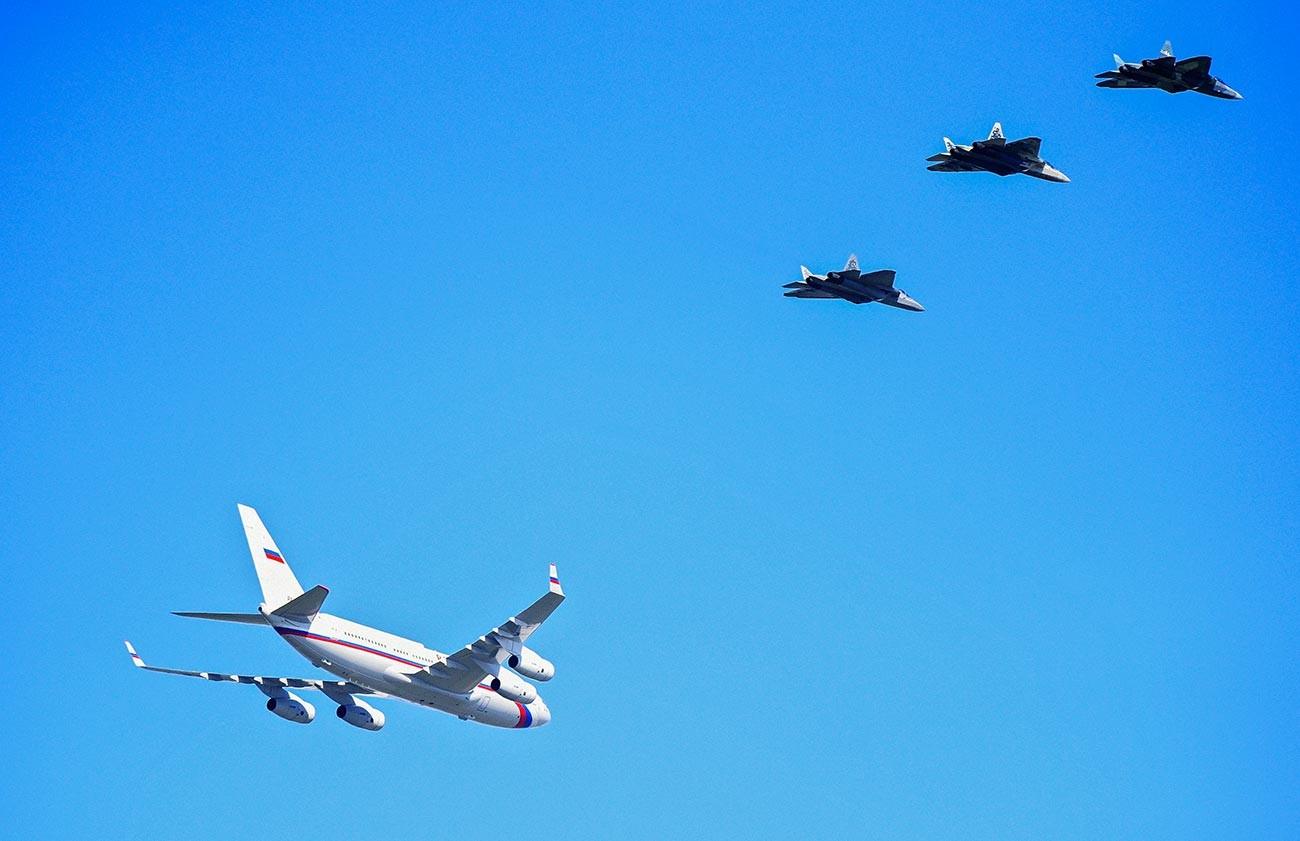 Caças Su-57 acompanhando o avião presidencial russo, em maio de 2019