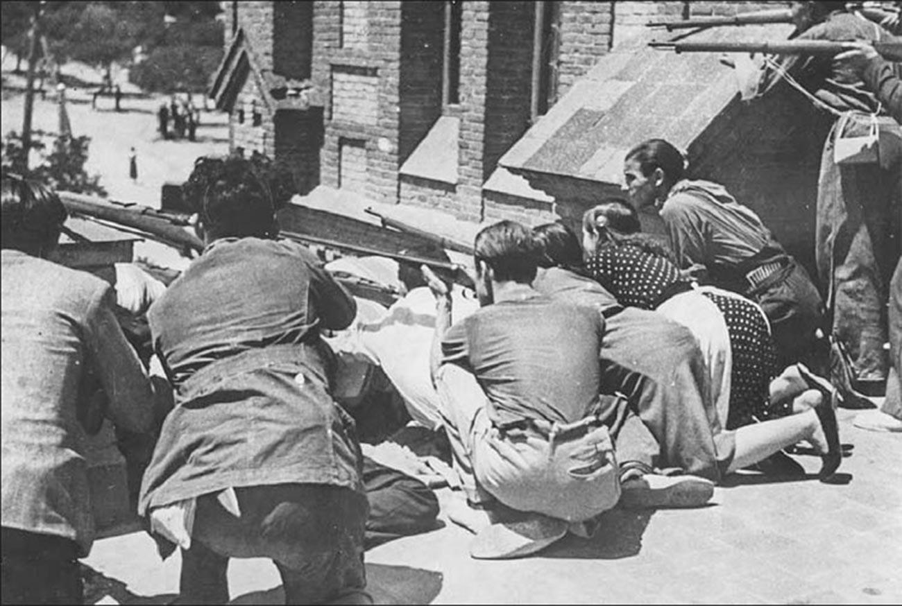 Brigas de rua entre os rebeldes de Franco e a milícia popular na área do quartel Montaña, em Madri. Foto de 30 de julho de 1936.