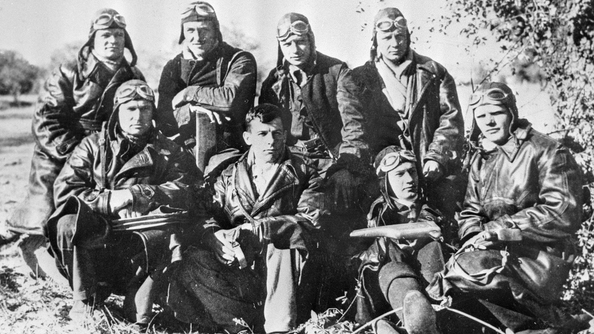 Aviadores soviéticos no aeródromo Soto, próximo de Madri.