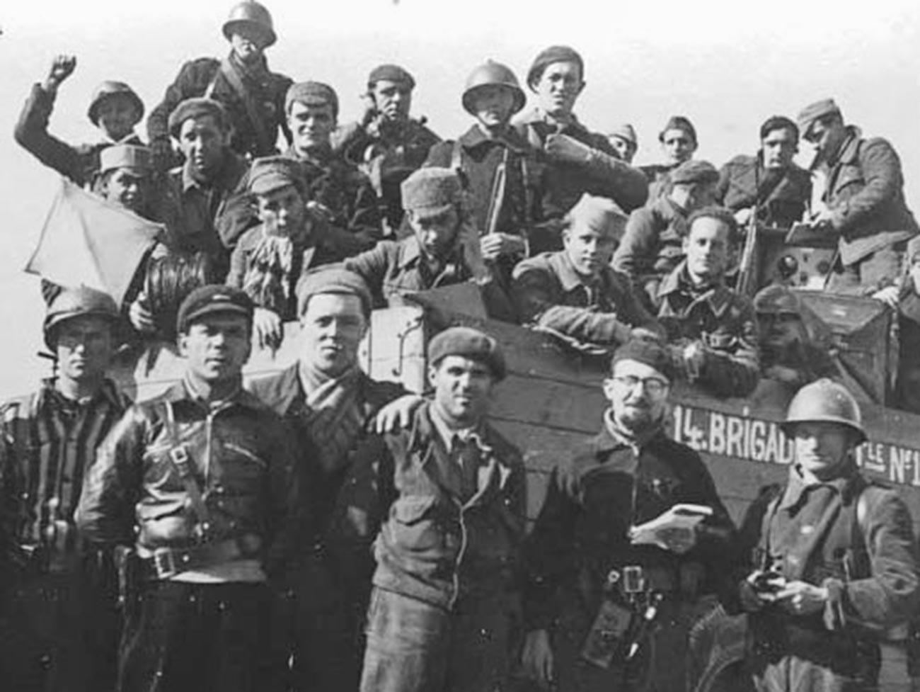 Soldados e comandantes da 14ª Brigada Internacional em Torrelodones.