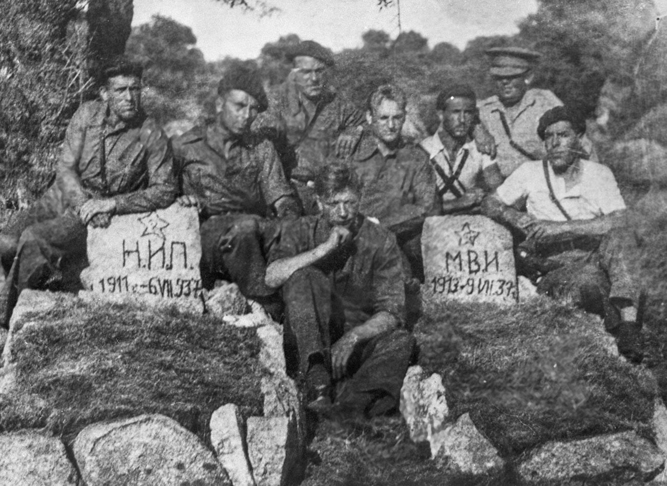 Tanquistas soviéticos diante dos túmulos de camaradas que morreram durante a Guerra Civil Espanhola.