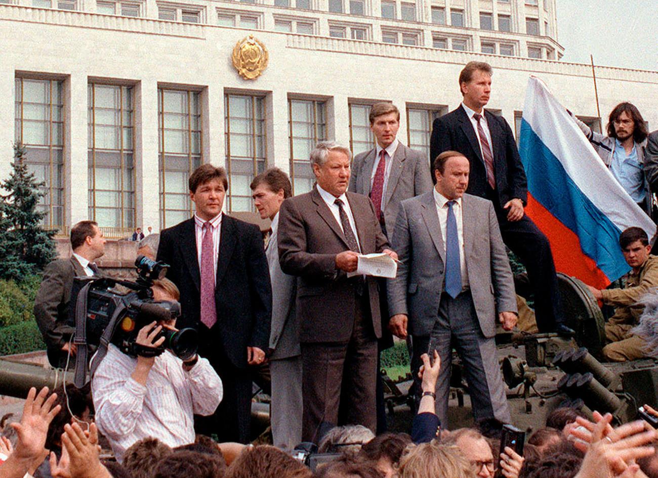 Борис Ельцин обращается к народу с танка