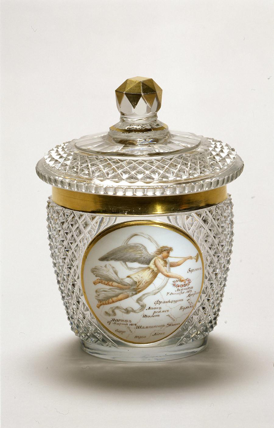 Tasse avec un couvercle avec une allégorie de la Gloire planant au-dessus de la carte de l'Europe. 1814-1819