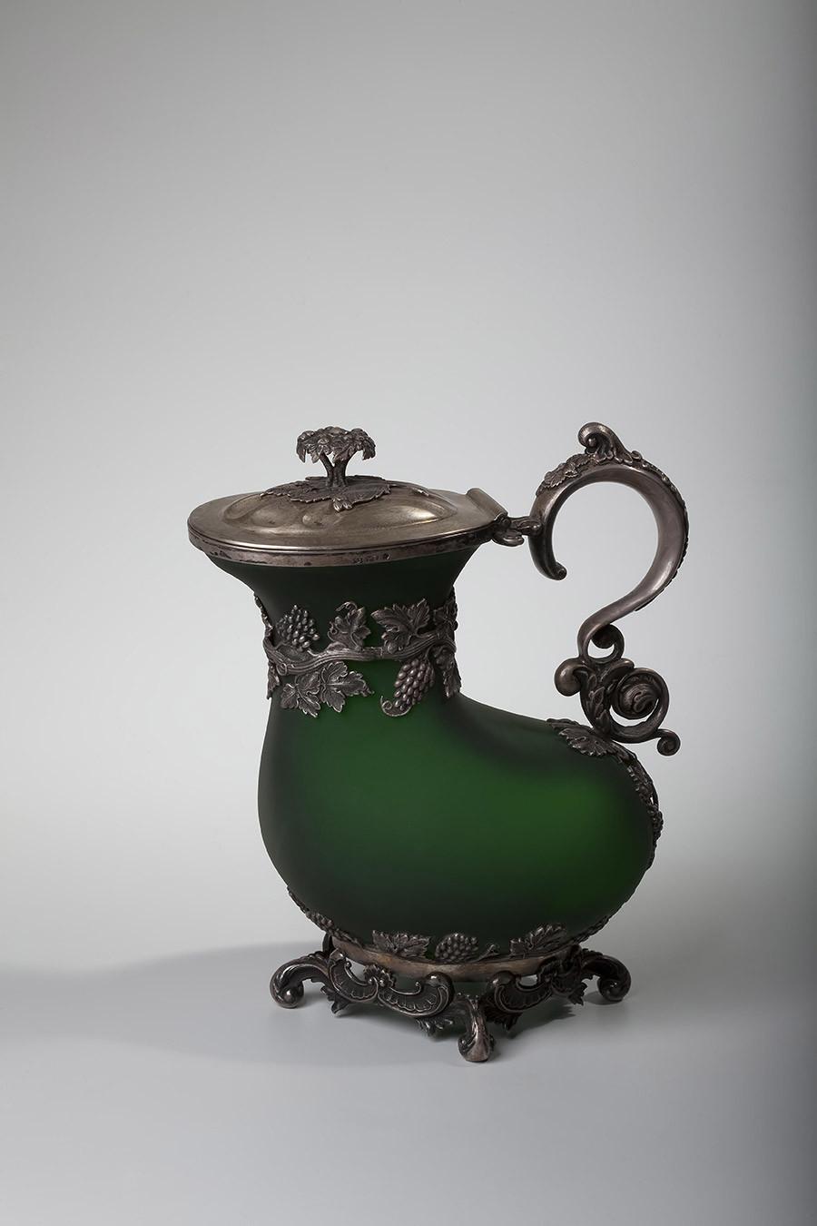 Cruche avec un couvercle rabattable, années 1830