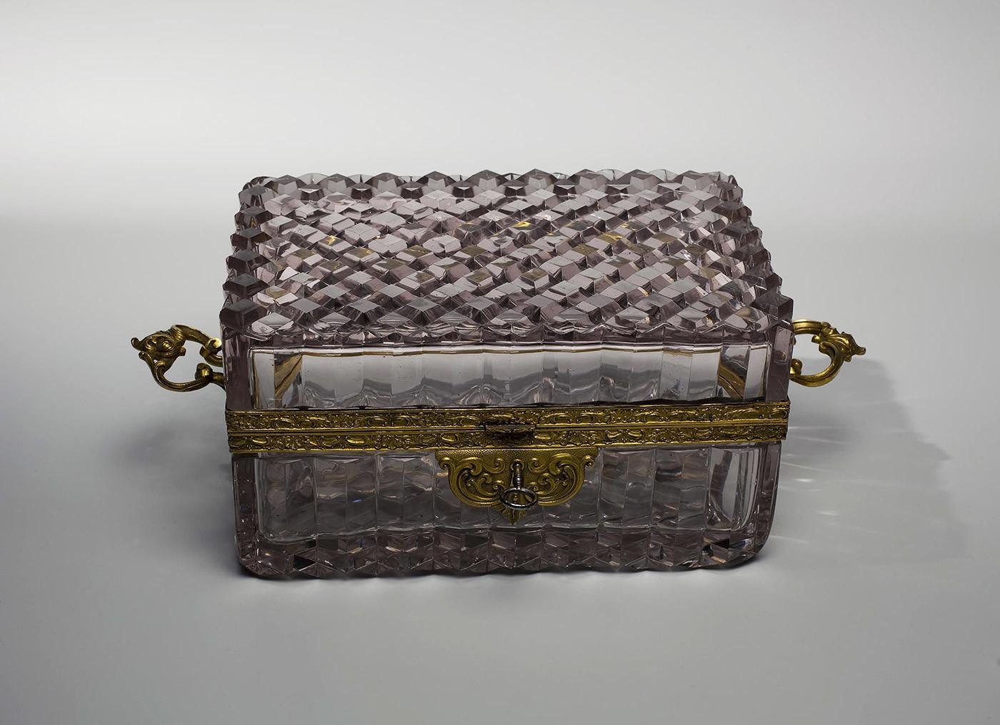 Boîte avec couvercle rabattable et clé. Fin des années 1830
