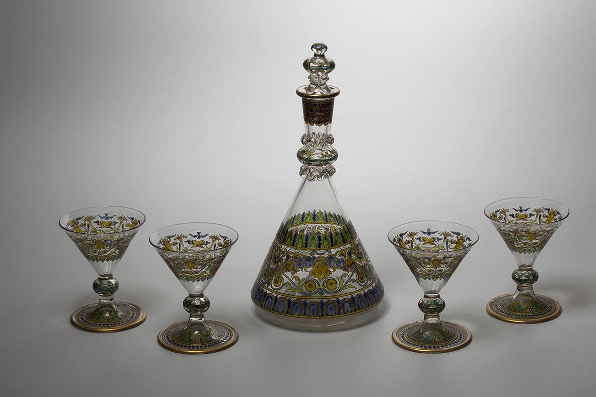 Carafe avec verres. Années 1880