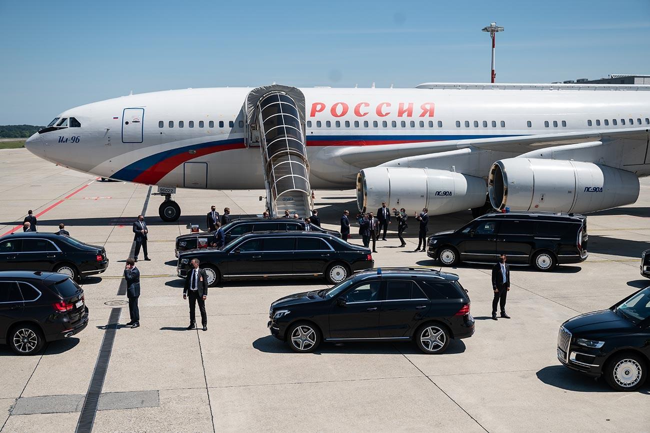 Il presidente russo Vladimir Putin sbarca dal suo aereo Il-96 all'aeroporto Cointrin di Ginevra, 16 giugno 2021