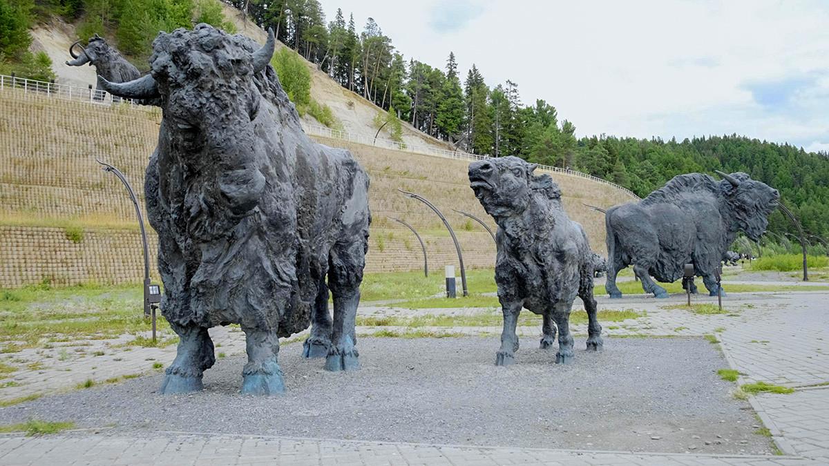 サマロフスキー丘沿いの考古学公園で設置されている銅像