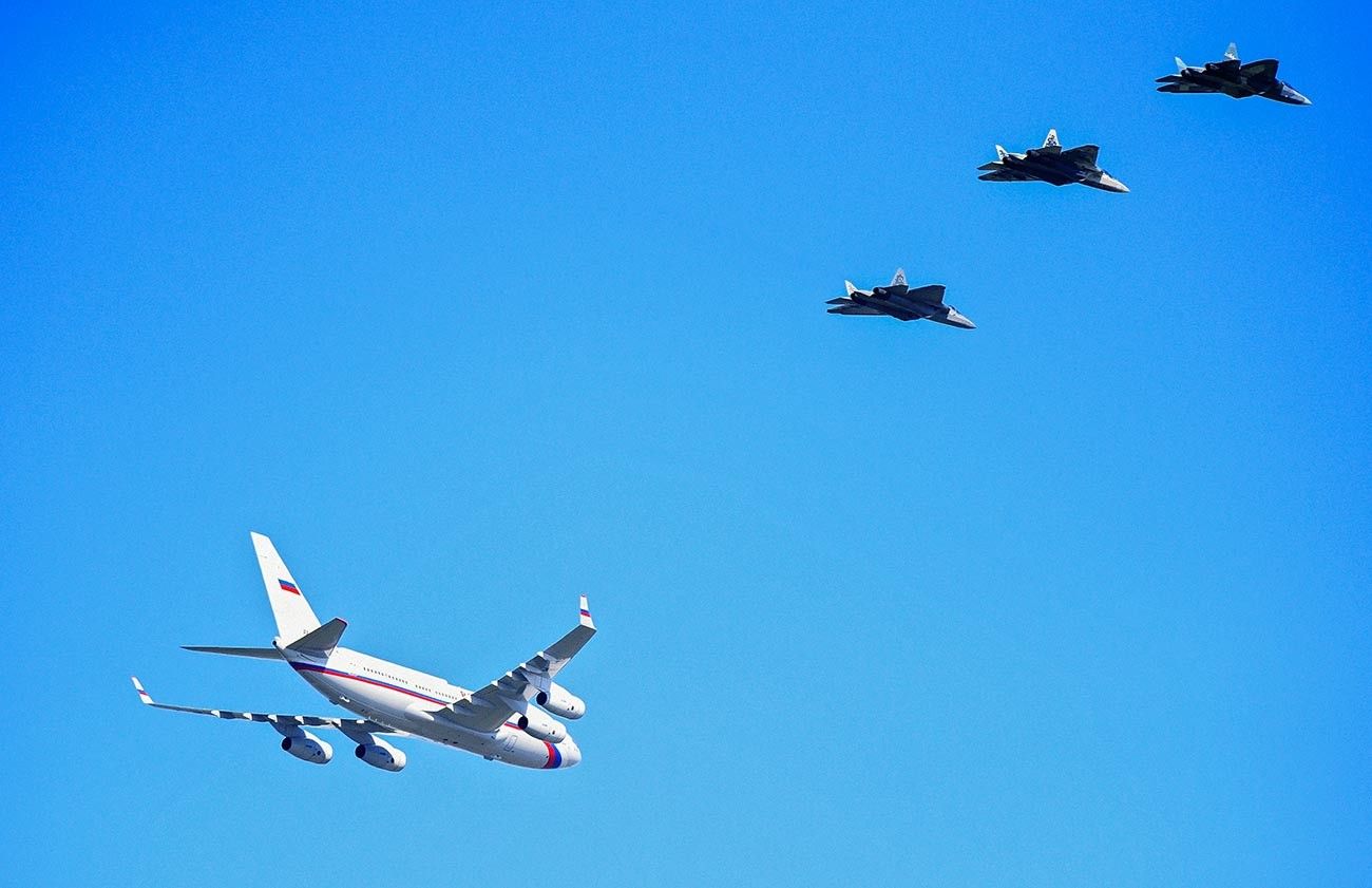 Pesawat tempur Su-57 mengawal pesawat Presiden Rusia Vladimir Putin dalam perjalanan ke Akhtubinsk.