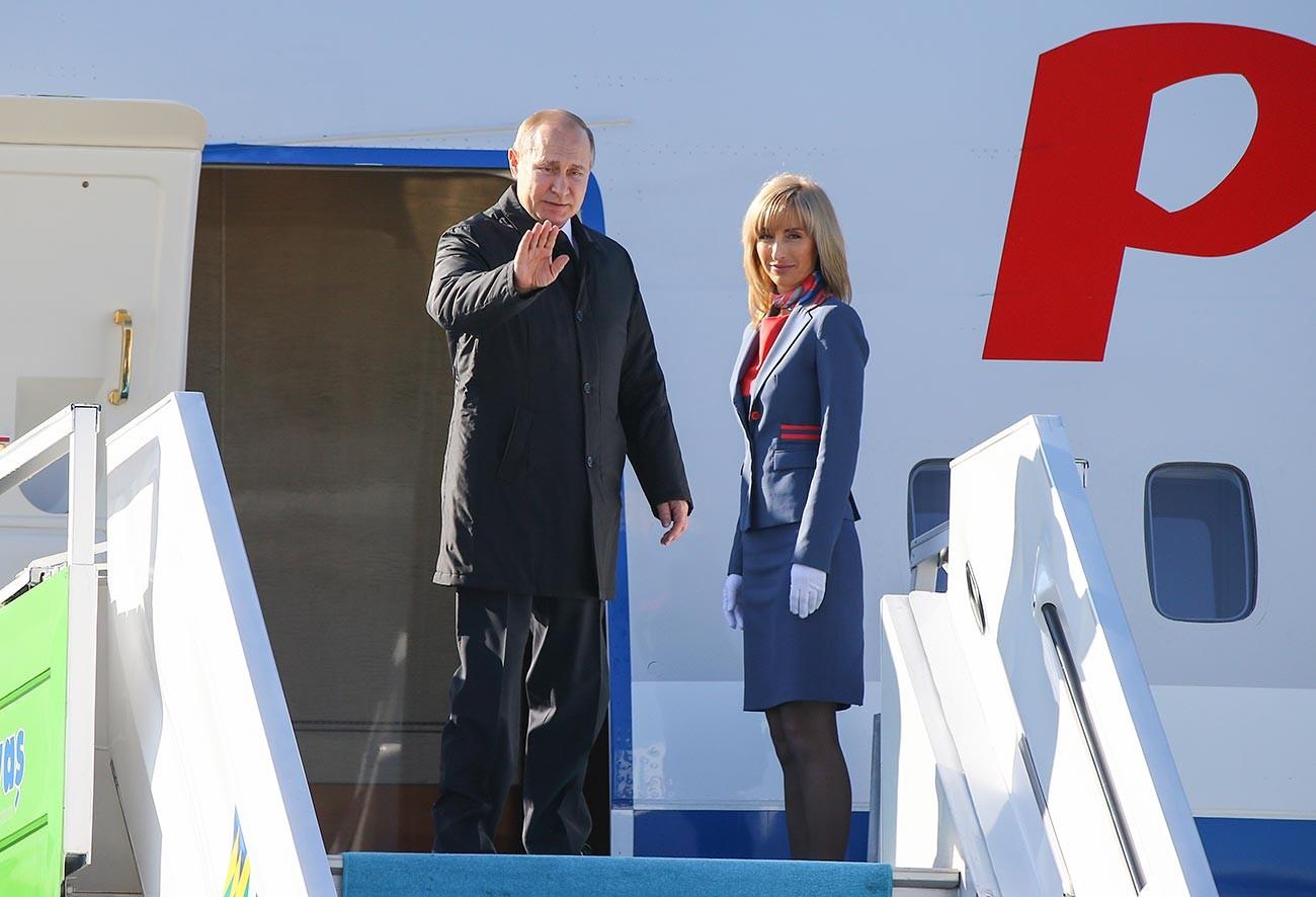 Vladimir Putin menaiki pesawat di Bandara Internasional Esenboga saat ia meninggalkan Ankara setelah menghadiri KTT Tripartit Turki-Rusia-Iran.