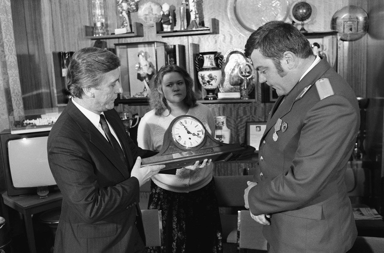 Kepala program pertukaran pelajar AS-Soviet 'People To People' memberikan suvenir jam mantel dari presiden AS kepada  Pankrushev.
