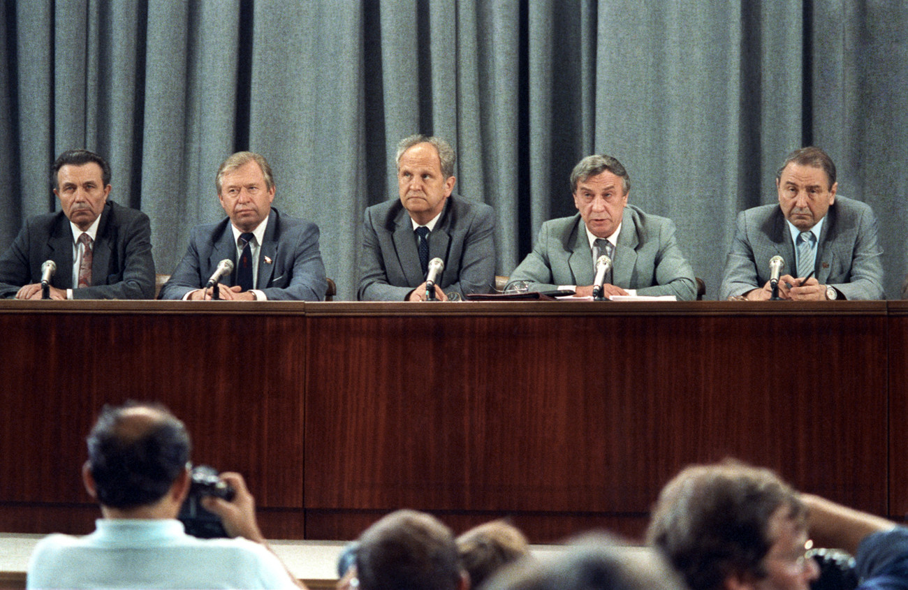 Ianaiev (segundo à dir.) na coletiva em que anunciou decisão.