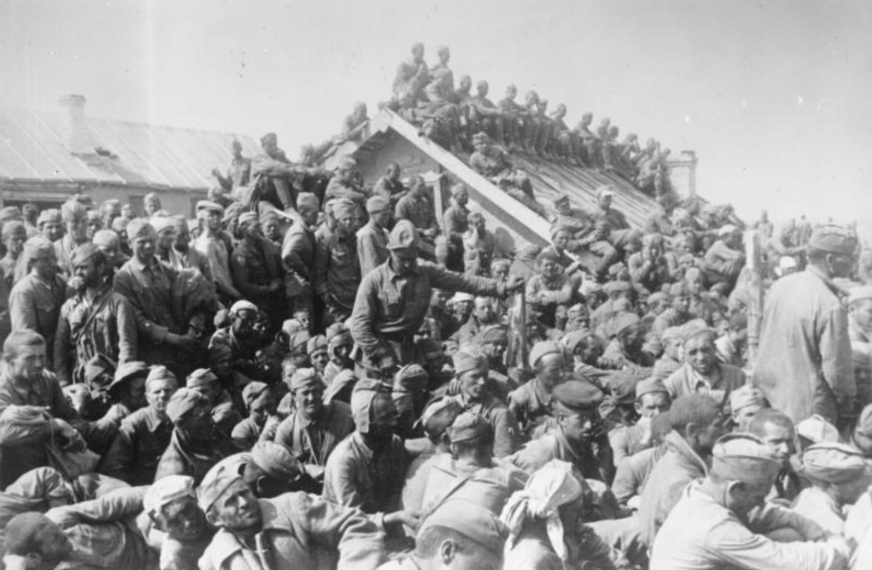 Image d'illustration. Camp de transit surpeuplé près de Smolensk, Russie, en août 1941