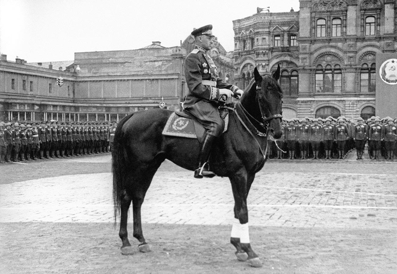 Маршал Рокоссовский командует войсками на Параде Победы в Москве в 1945 году.