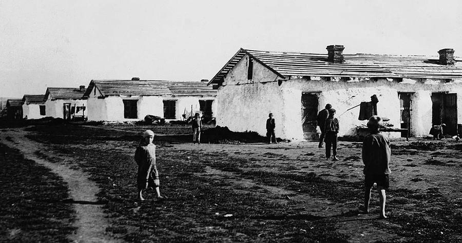 Le prime abitazioni dei lavoratori nel villaggio di Tsentralnyj