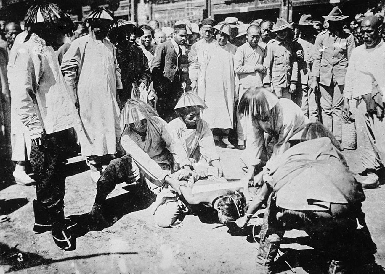A Boxer being beheaded infront of a crowd of Chinese.