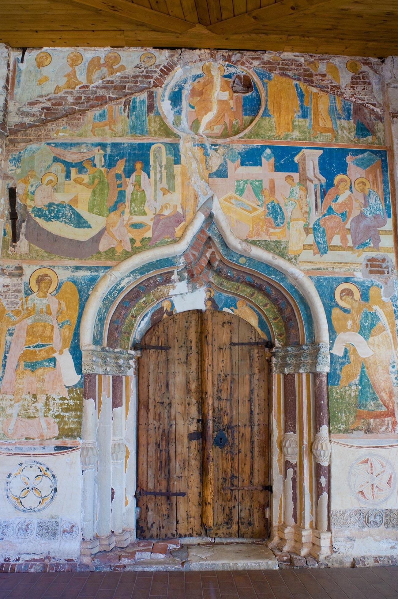 Cathédrale de la Nativité de la Vierge, façade ouest. Portail principal avec les archanges Michel (à gauche) et Gabriel. En haut : scènes de la Nativité de la Vierge Marie