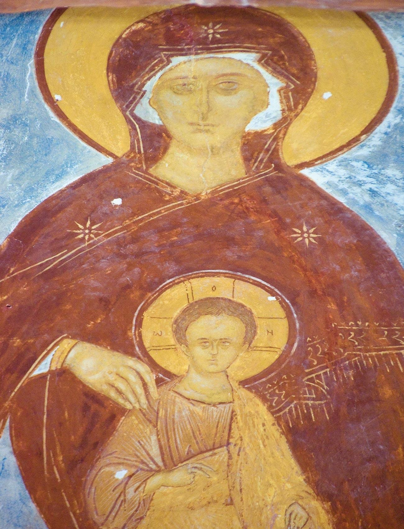 Cathédrale de la Nativité. Abside centrale. Fresque de Marie intronisée avec l'Enfant Jésus. Au premier plan : tirant en fer stabilisant les murs