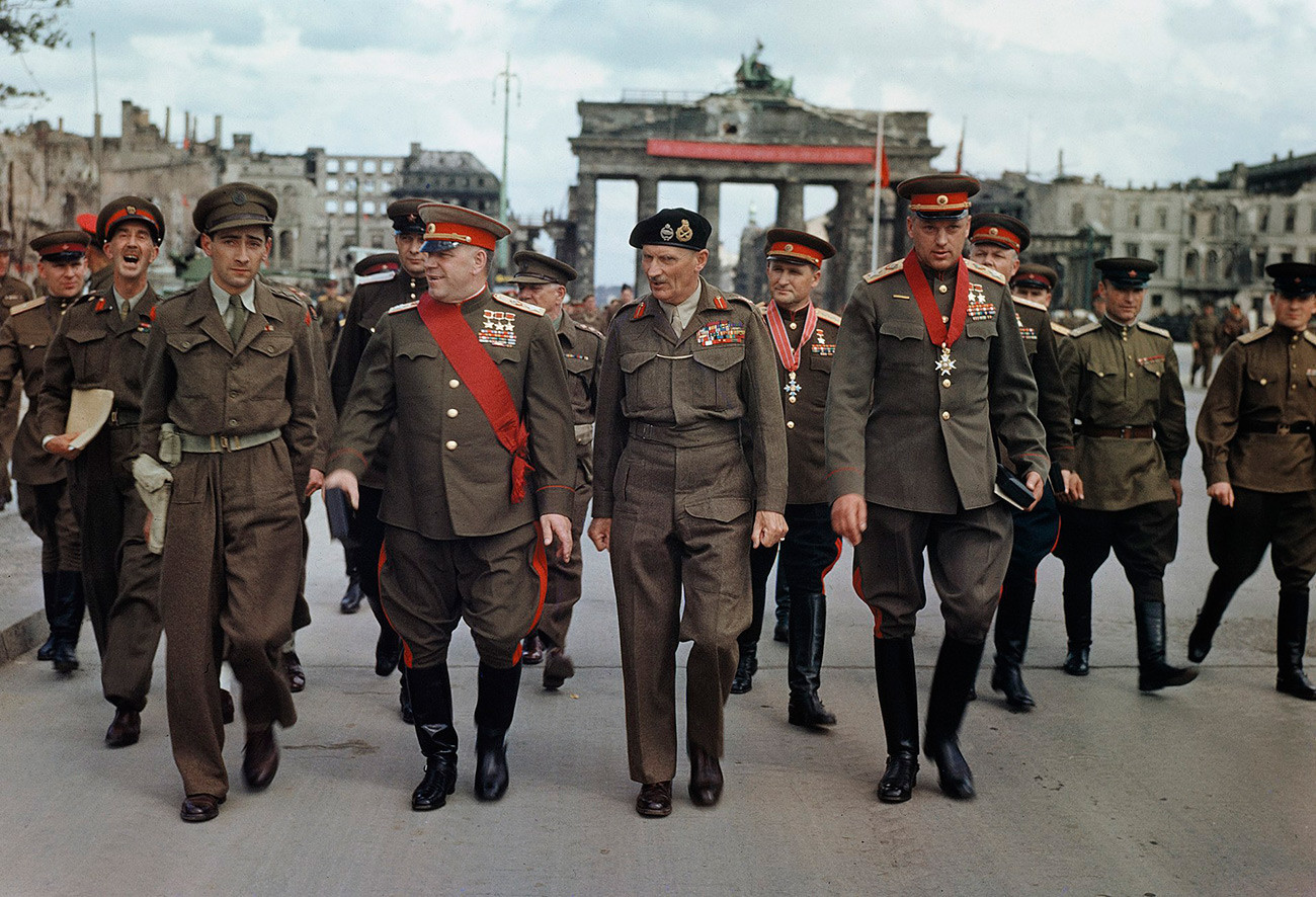 Georgy Zhukov (kiri di antara tiga orang tengah) dengan Marsekal Lapangan Sir Bernard Montgomery dan komandan-komandan militer Soviet di Berlin.