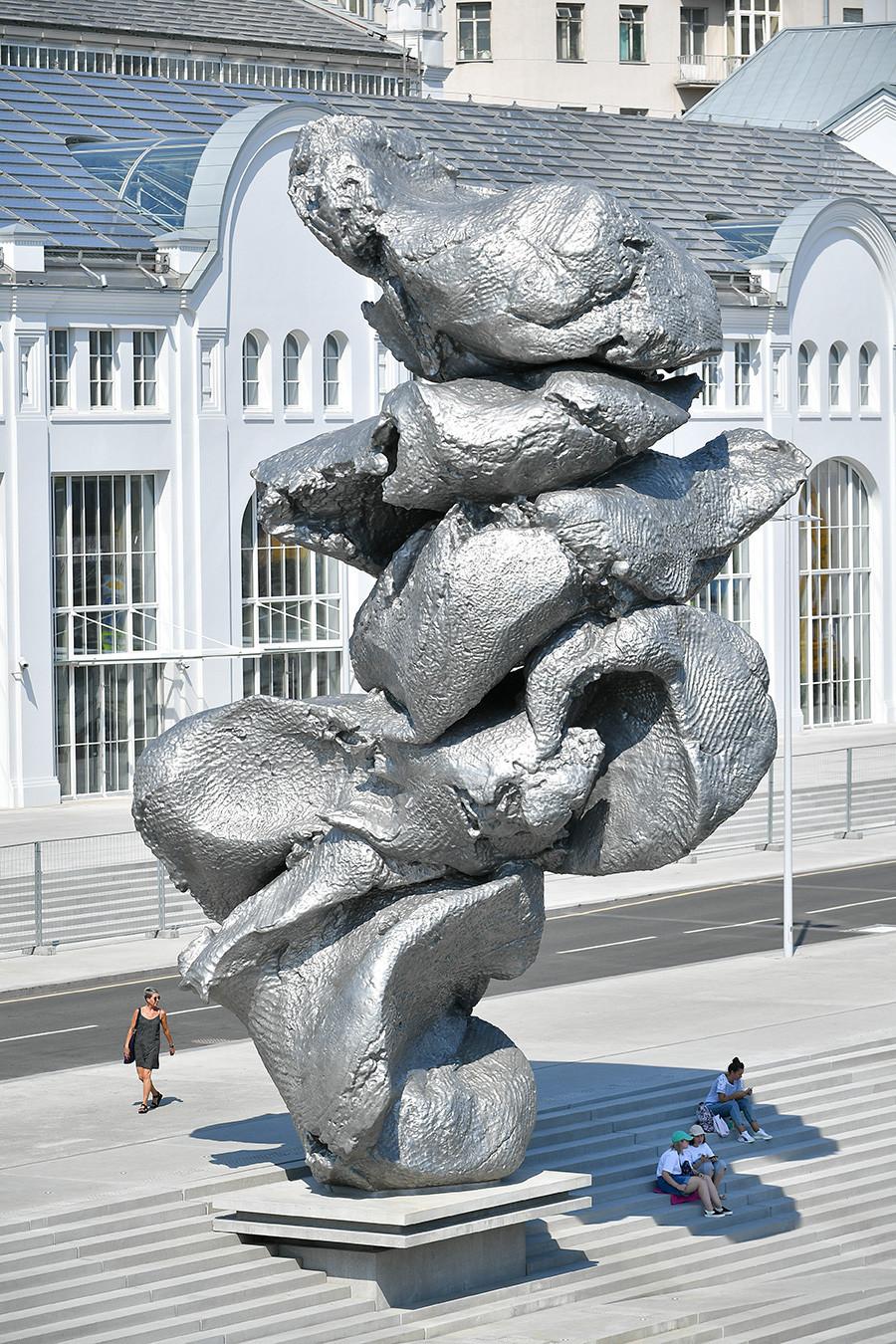 Escultura simboliza a matéria-prima e tudo o que pode resultar dela no futuro