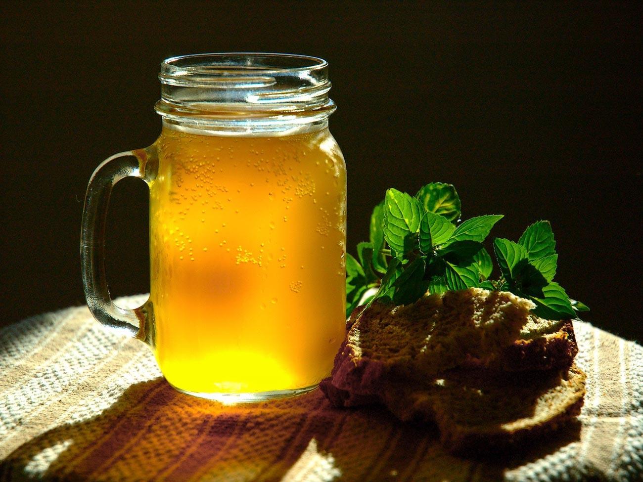Home-made mint kvas