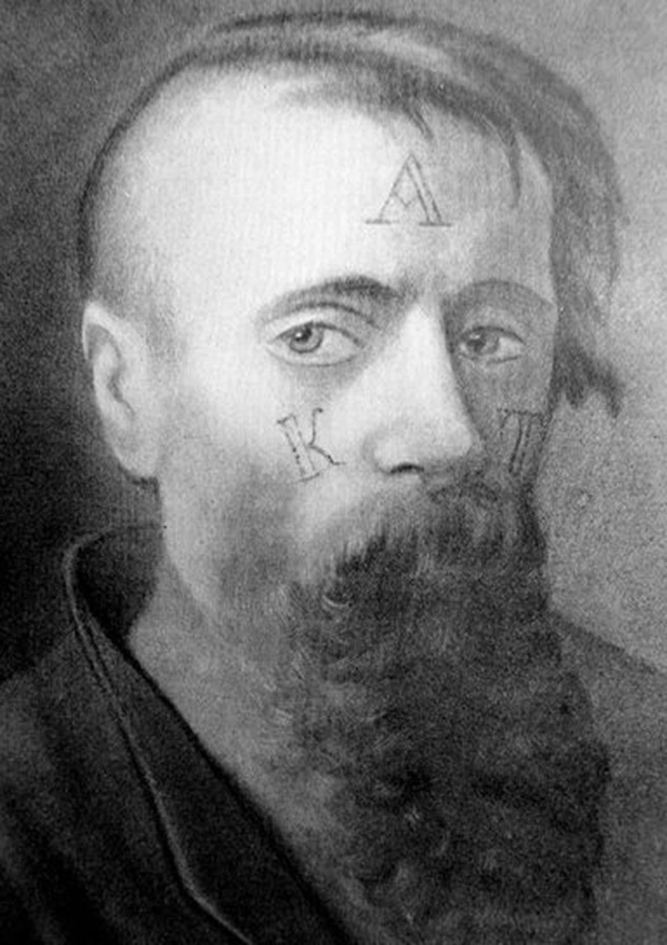 Cara pengecapan dilakukan pada wajah narapidana di Rusia.