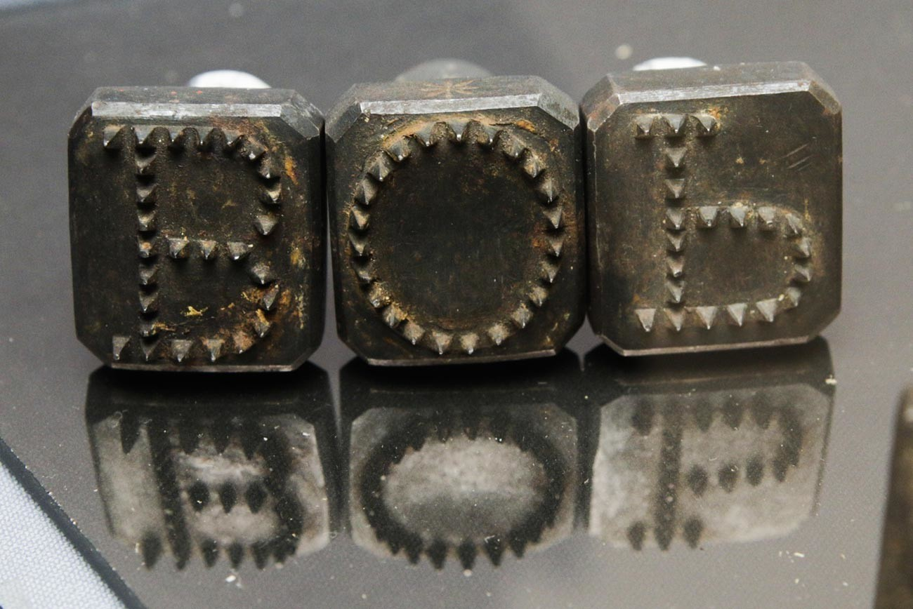 Alat yang digunakan untuk pengecapan wajah, awal abad ke-19.