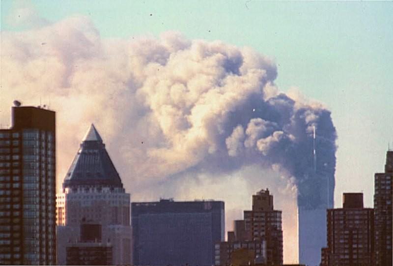 La torre norte del World Trade Center tras los atentados del 11 de septiembre en Nueva York, Estados Unidos. En ese momento, la torre sur ya se había derrumbado.