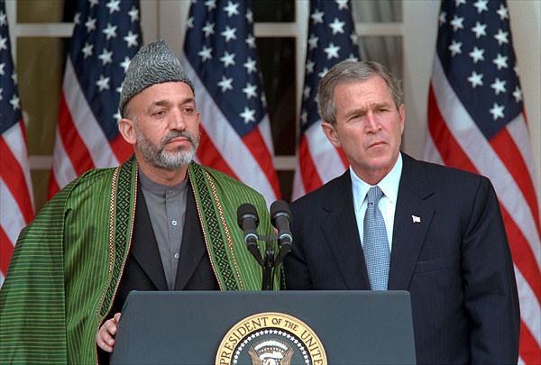 Hamid Karzai junto a George W. Bush