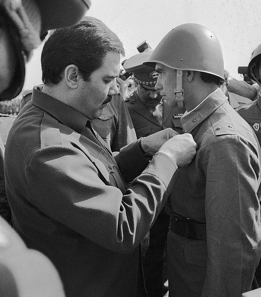 Najibullah condecorando a un soldado soviético. 1986.