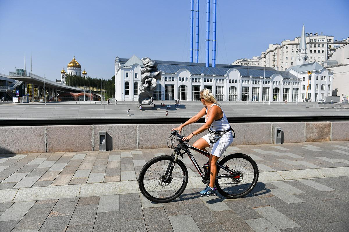 La controversa statua sul lungofiume Bolotnaja