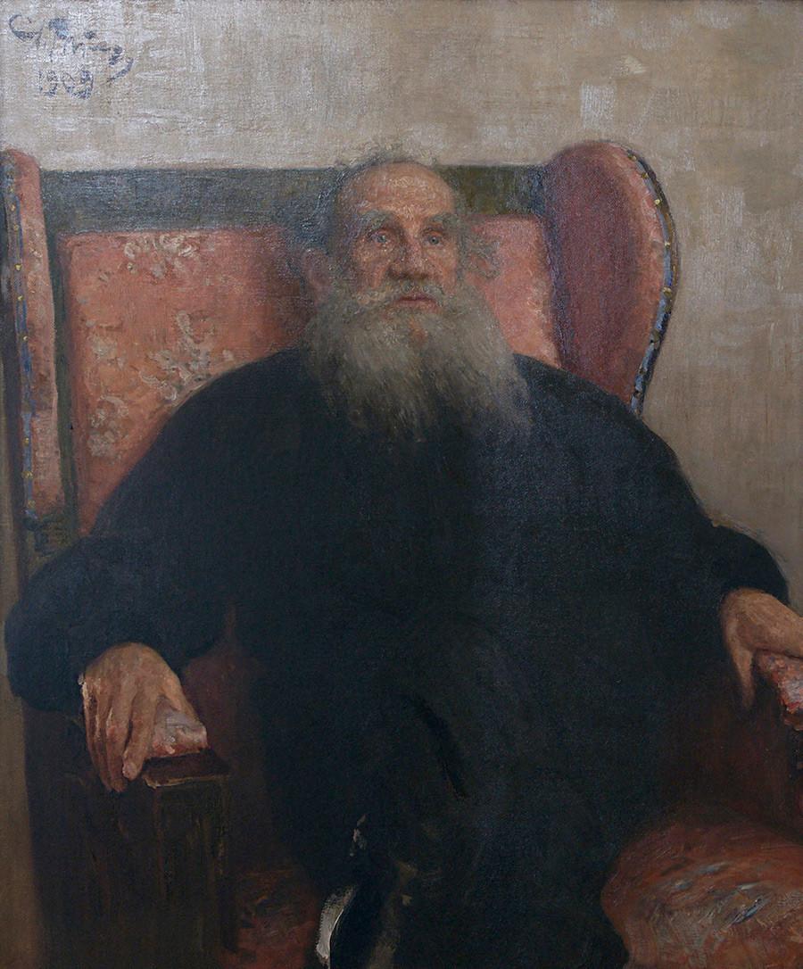Léon Tolstoï dans un fauteuil rose, 1909