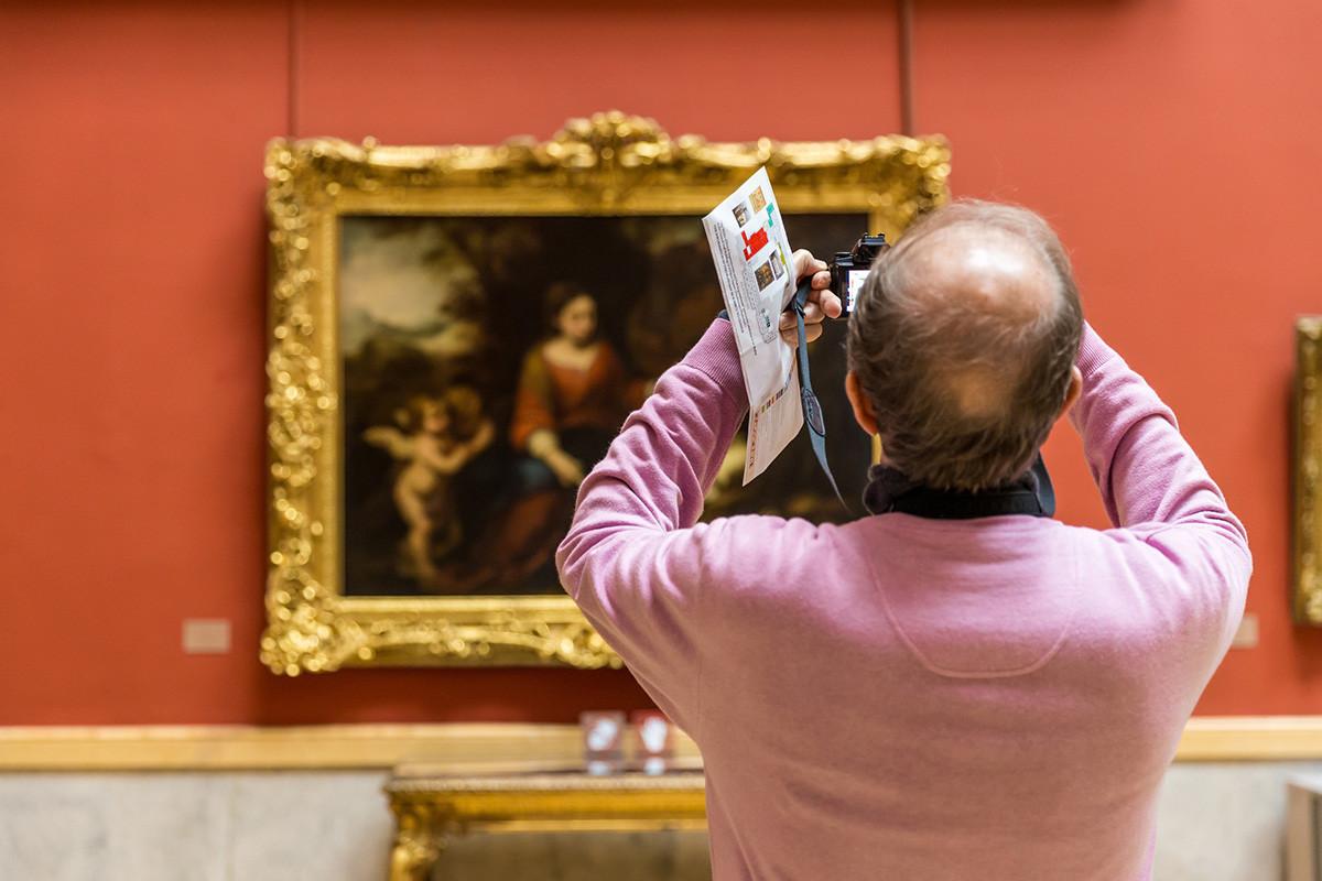Seorang pengunjung mengambil foto di Museum Hermitage.