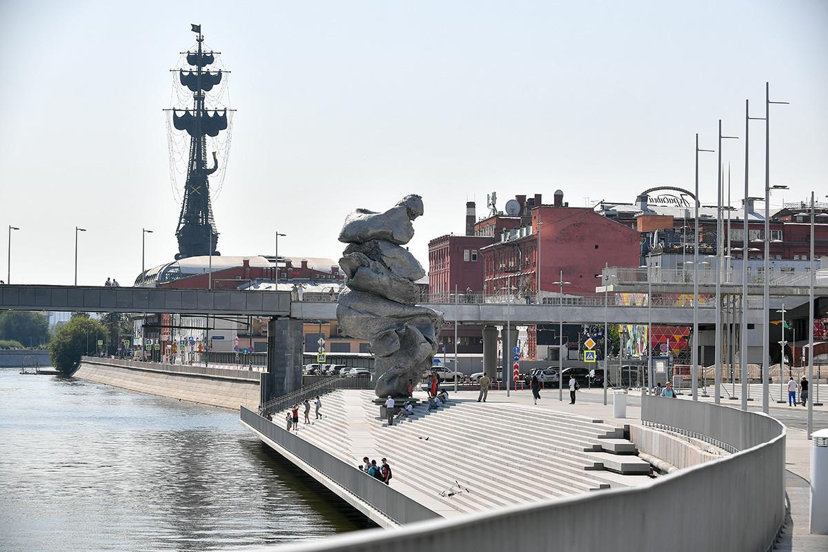 Patung 'Tanah Liat No.4' dengan latar belakang patung Pyotr yang Agung setinggi 98 meter.