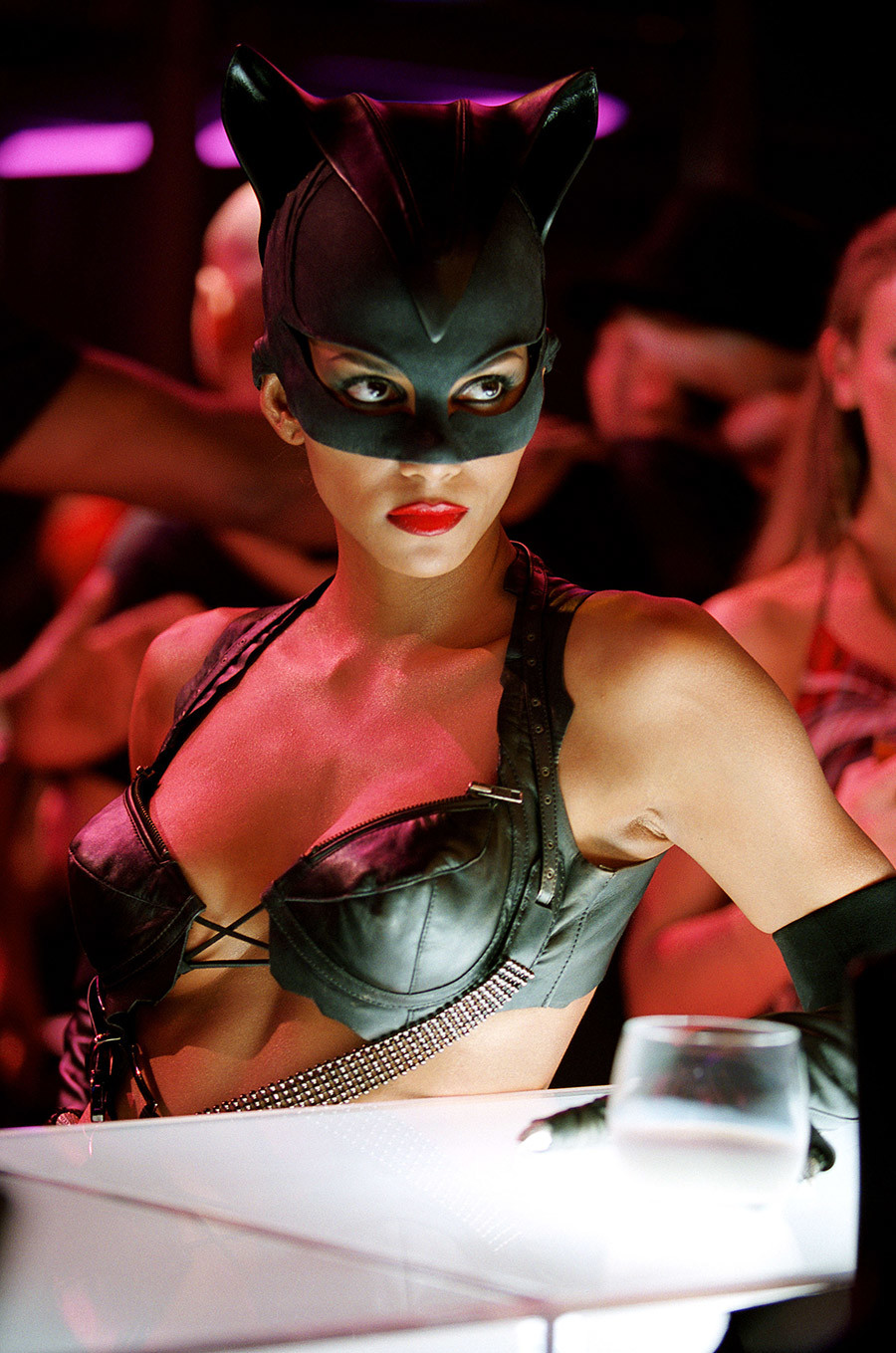 CATWOMAN (2004).