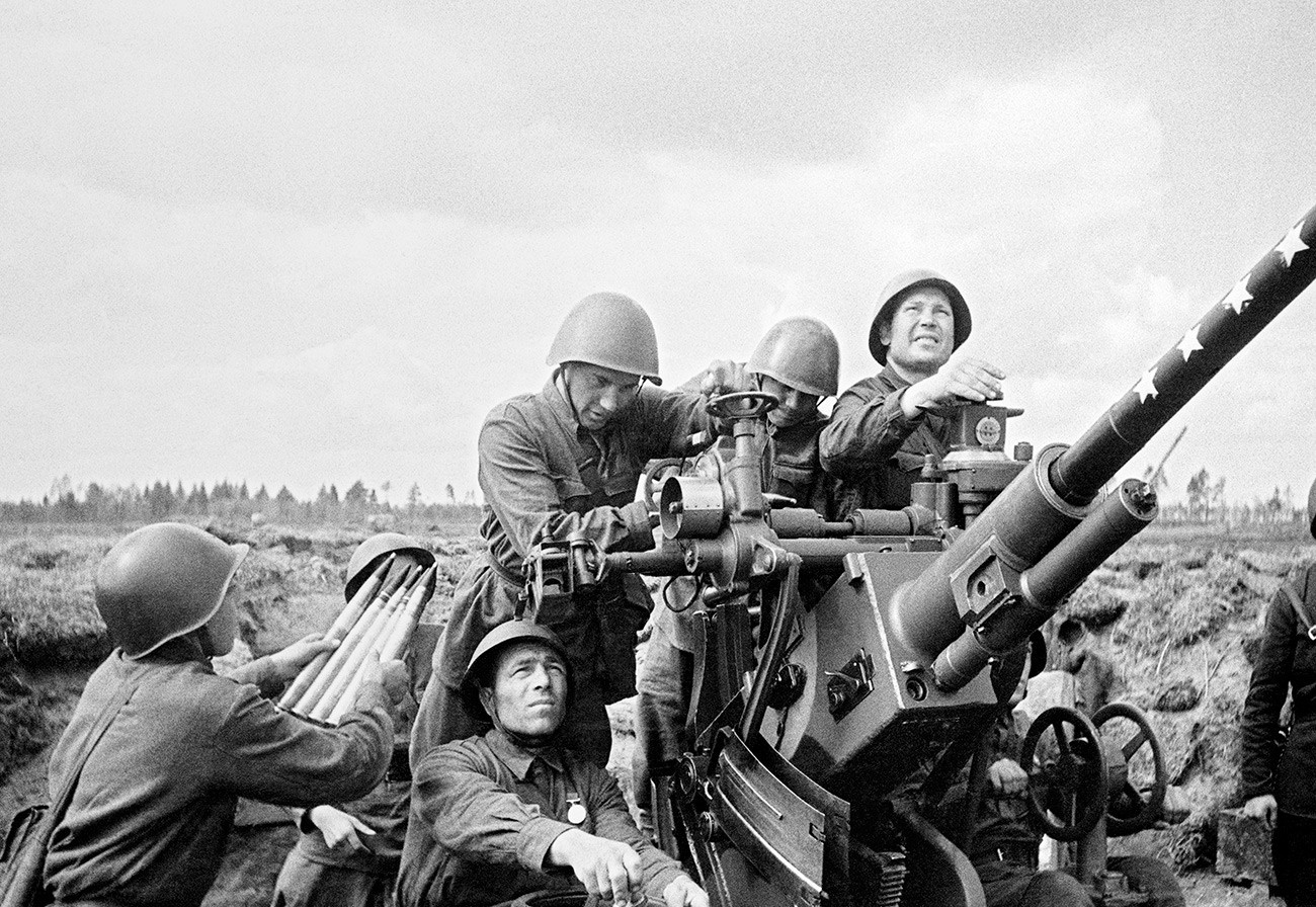 Artilheiros antiaéreos soviéticos.