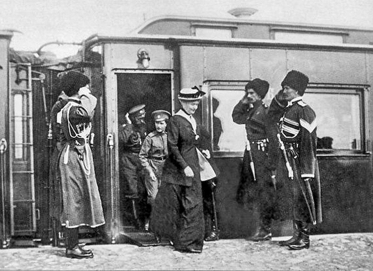 Казаци посрещат Николай II и семейството му