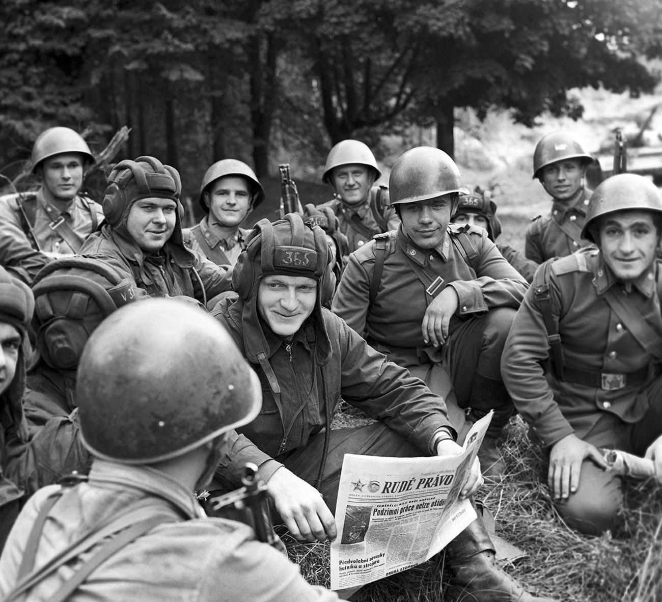 """Carristi cecoslovacchi e soldati sovietici durante un'esercitazione congiunta. Si noti la copia di """"Rudé právo"""" (""""Legge Rossa"""") il principale quotidiano comunista cecoslovacco"""