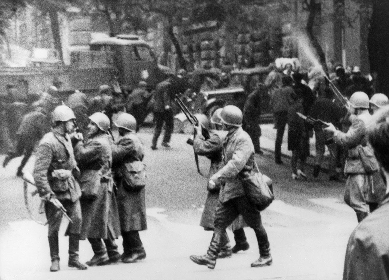 Le truppe del Patto di Varsavia durante l'intervento a Praga, Cecoslovacchia, 1968.