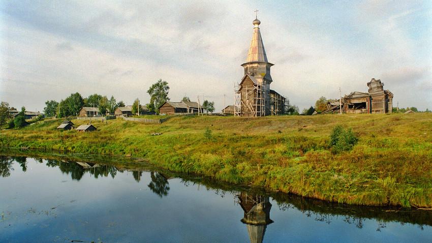 Saminski Pogost. L'église du Prophète Élie, vue du nord-est de la rive opposée de la rivière Samina. À droite : l'église de l'Icône de la Mère de Dieu de Tikhvine (en ruines)