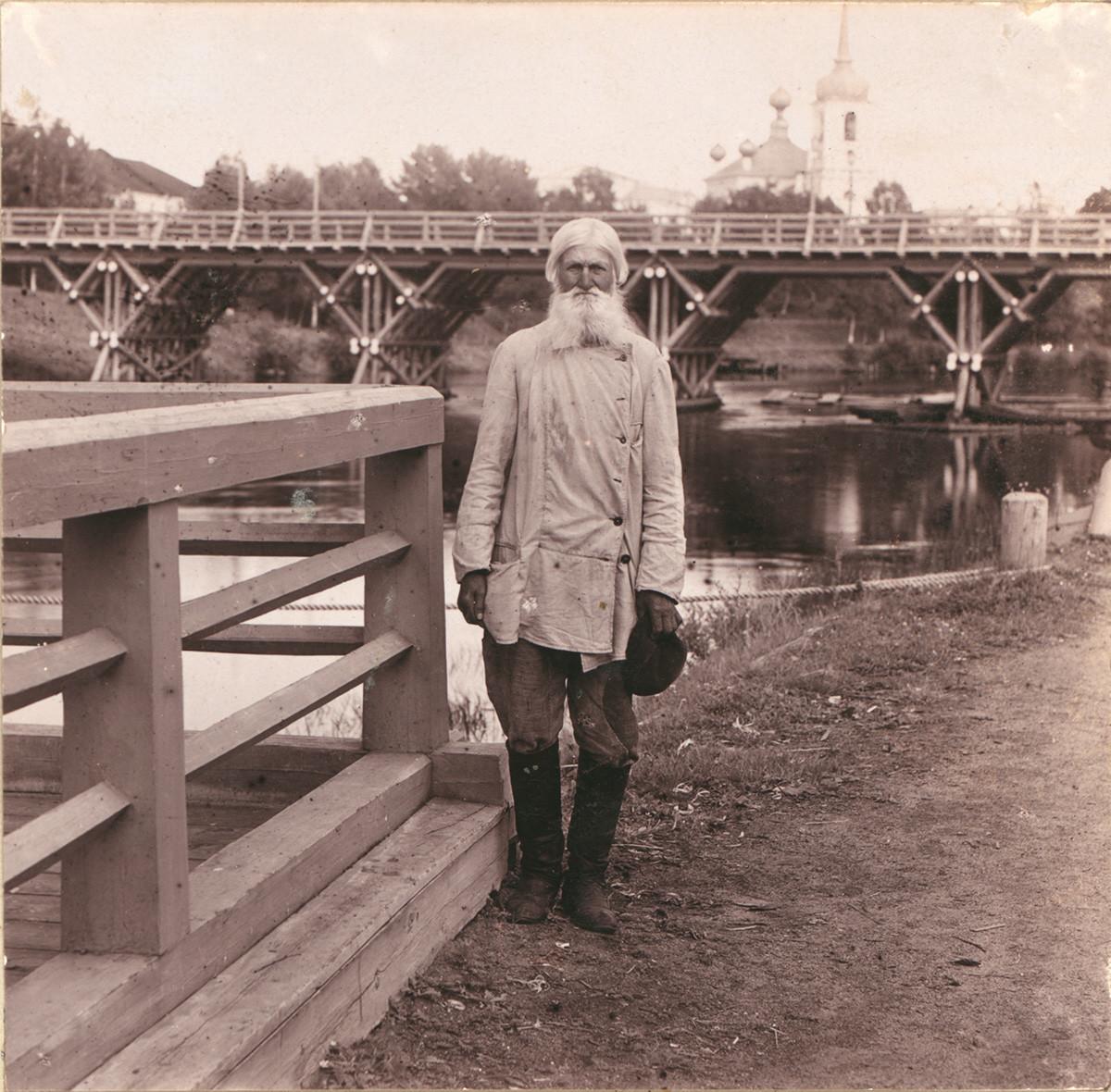 Vytegra. Villageois local, derrière lui : le Pont Sivers et la Cathédrale de la Résurrection