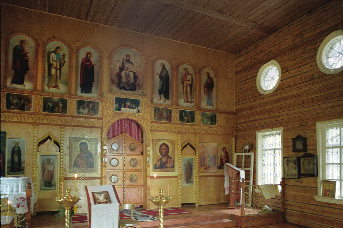 Trochiguino. Église de la Résurrection. Intérieur avec nouvelle iconostase
