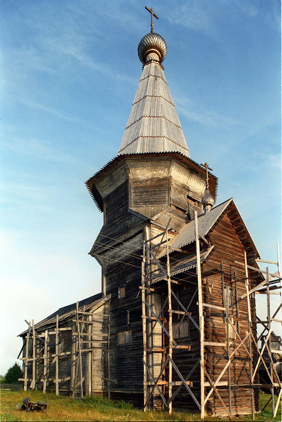 L'église du Prophète Élie. Vue sud-est avec des restes de l'échafaudage utilisé pour la restaurer