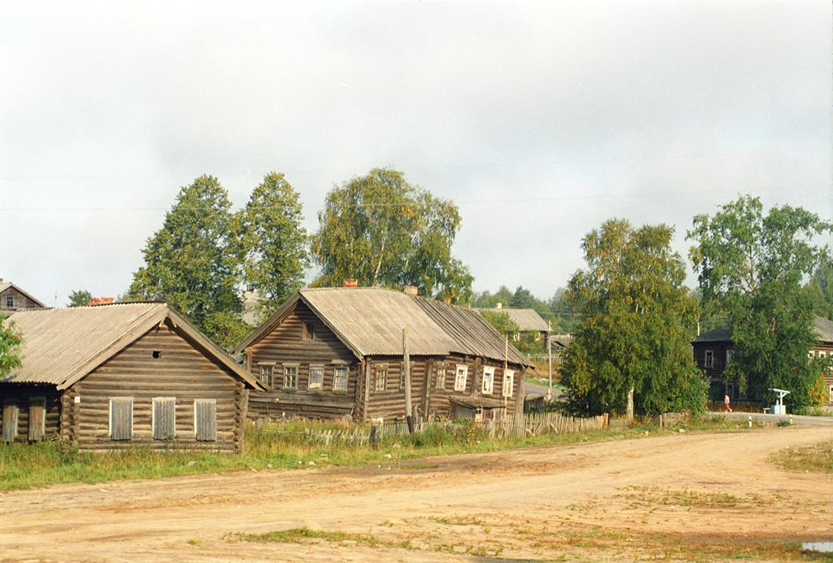 Saminski Pogost. Maisons en rondins avec un puits (à droite)