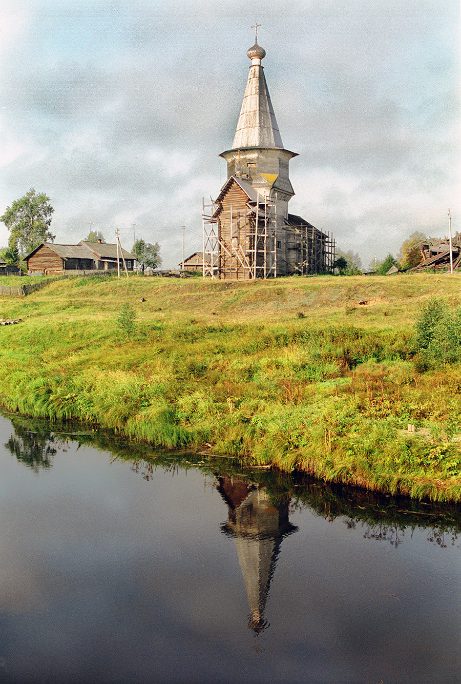 L'église du Prophète Élie. Vue nord-est reflétée par la rivière Samina